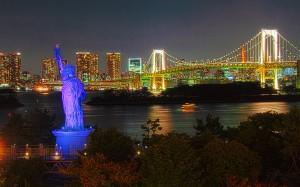自由の女神とレインボーブリッジ@夜のレインボーブリッジ